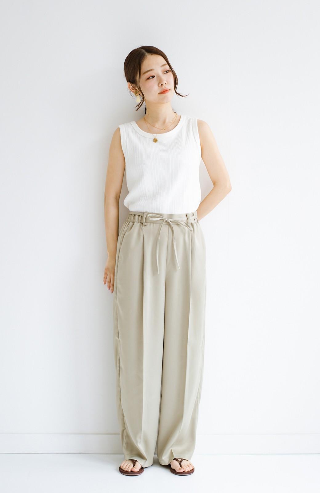 haco! シンプルTシャツに合わせるだけでこなれて見える ほどよく女っぽいツヤやかサテンのセンタープレスパンツby who made me <ライトオリーブ>の商品写真13