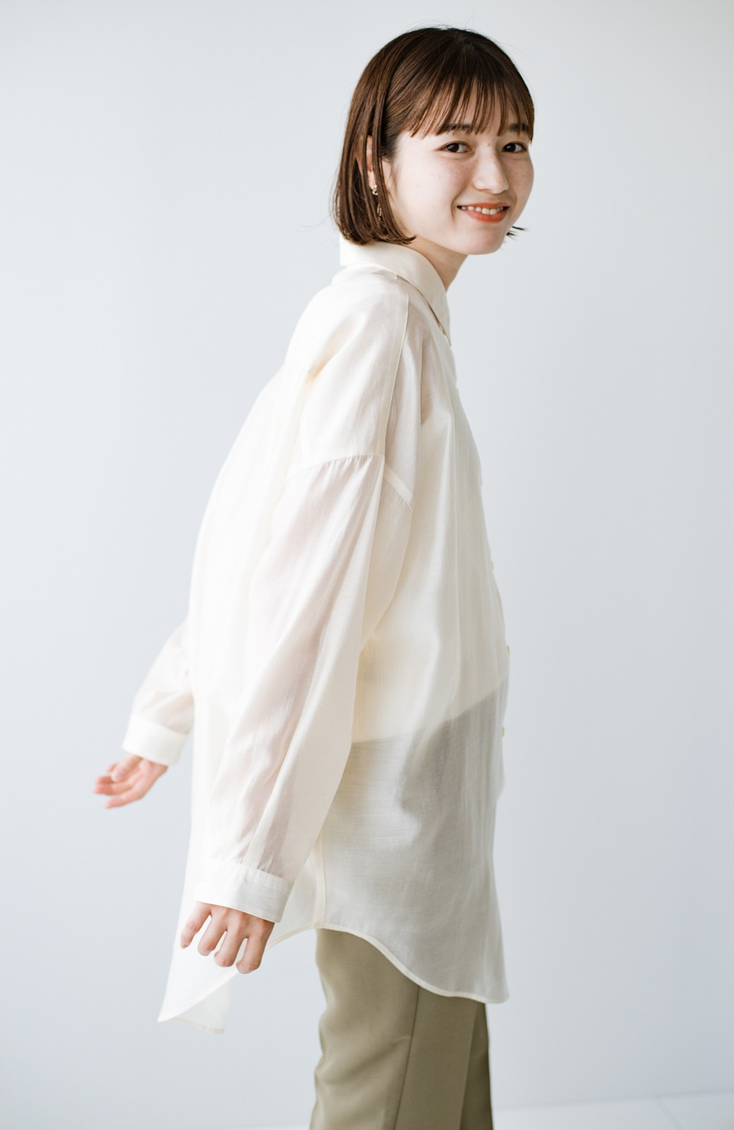 haco! いい感じの抜け感の出し方こちら! シアー素材が女っぽいビッグシルエットシャツby who made me <ライトベージュ>の商品写真15