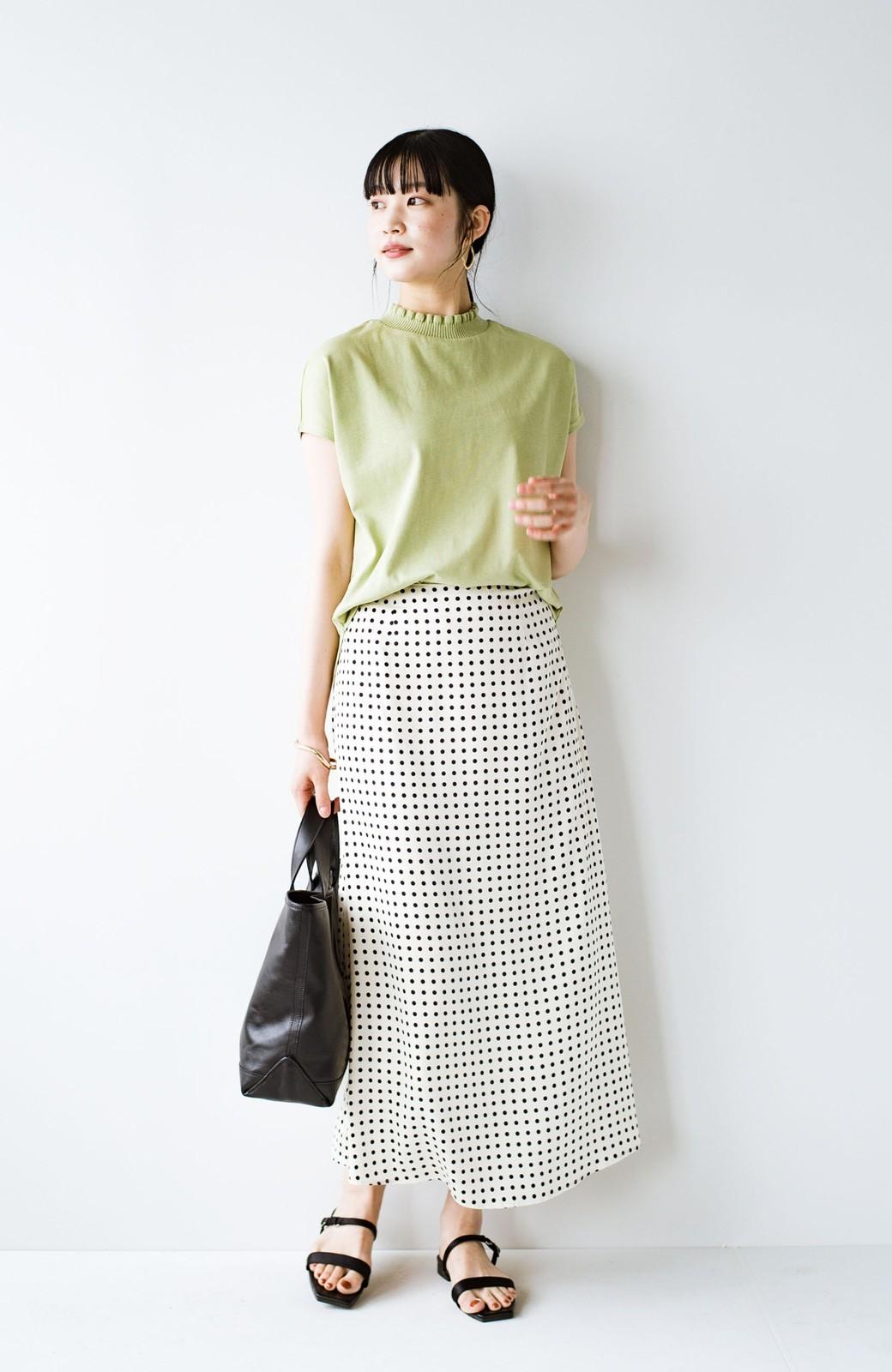 haco! 定番Tシャツを合わせるだけで女っぽい新鮮コーデが完成する ツヤやかサテンが上品なドット柄スカートby who made me <ホワイト×ブラック>の商品写真25