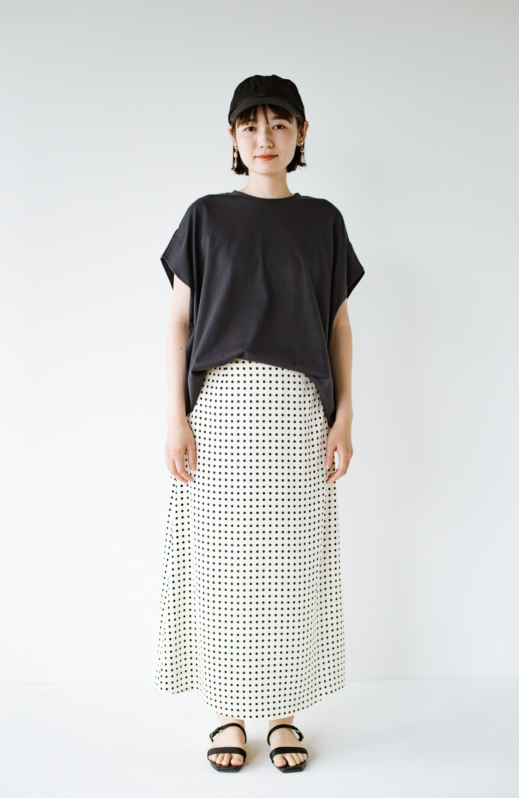 haco! 定番Tシャツを合わせるだけで女っぽい新鮮コーデが完成する ツヤやかサテンが上品なドット柄スカートby who made me <ホワイト×ブラック>の商品写真18